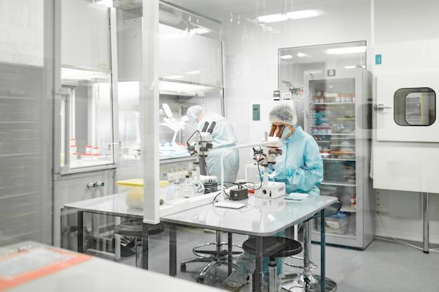 Laboratorio per la produzione di biomateriali. le persone fanno ricerche. Foto Premium