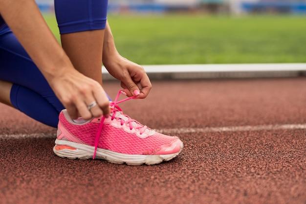 Lacci delle scarpe del legame della donna del primo piano Foto Gratuite