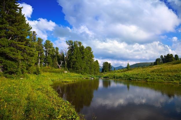 Laghi ayryk nelle montagne altai Foto Gratuite