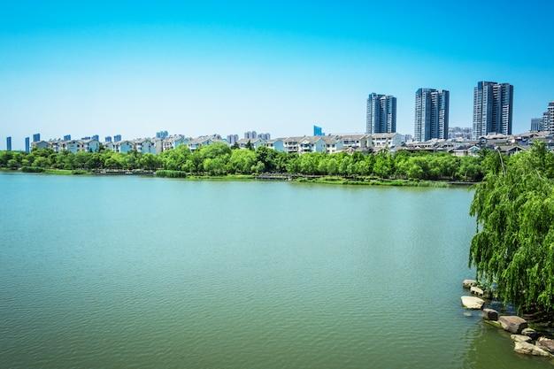 Lago con la città Foto Gratuite