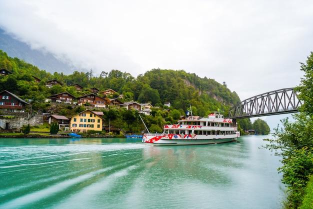 Lago di Thun con la città di Interlaken Foto Premium