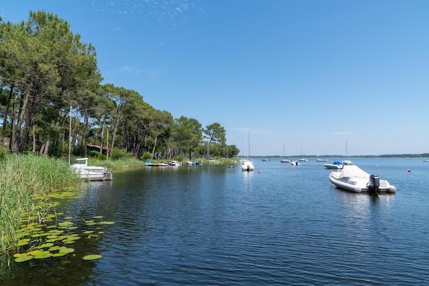 Lago in gironda francia nel villaggio di lacanau con la barca Foto Premium