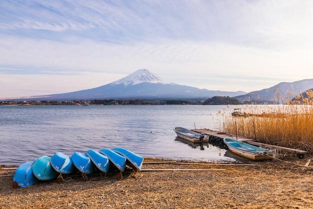 Lago kawaguchiko, montagna di fuji, giappone Foto Premium