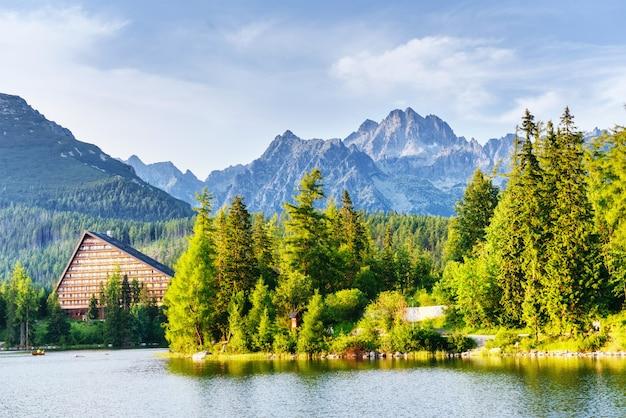 Lago strbske pleso in alta montagna di tatras, slovacchia Foto Premium