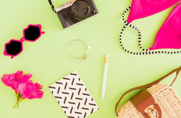 Laici piatti di accessori estivi del viaggiatore Foto Gratuite