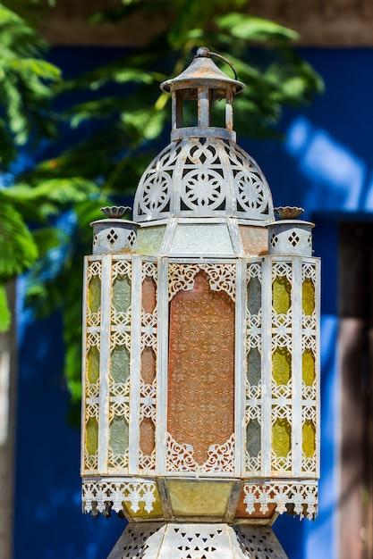 Lampada araba tradizionale usata per le costruzioni ornamentali Foto Premium