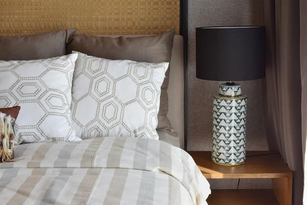 Lampada bianca di lusso sulla tavola di legno in camera da letto a