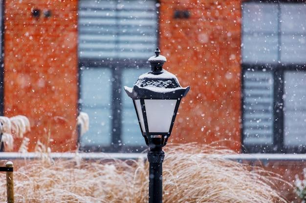 Lampada d'epoca in nevicate bianche come la neve Foto Premium