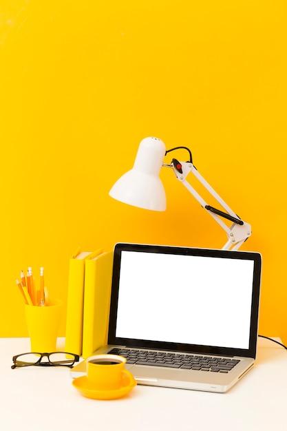 Lampada da scrivania e portatile vuota Foto Gratuite