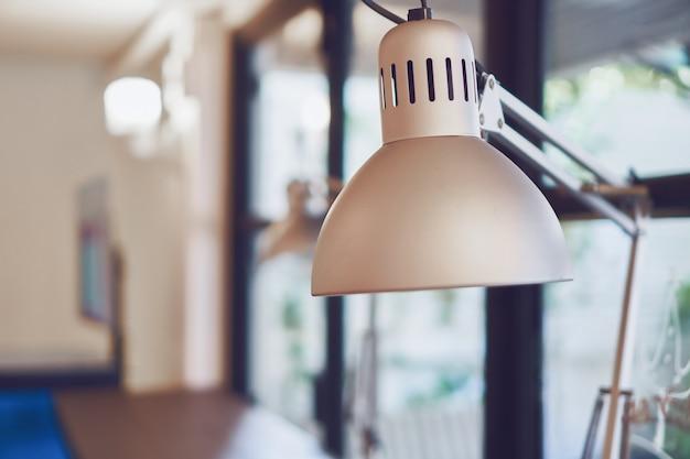 Lampada Scrivania Viola : Lampada da scrivania grigio vintage sul tavolo in caffè café