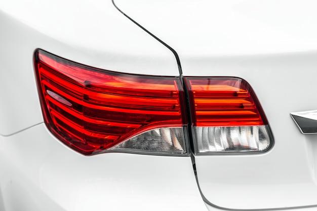 Lampada posteriore del primo piano di un'automobile di lusso bianca Foto Premium