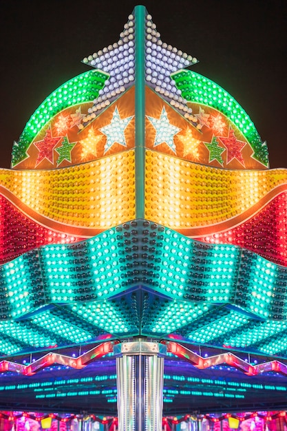 Lampade incandescenti di un parco di divertimenti Foto Gratuite