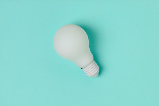 Lampadina bianca su sfondo blu Foto Premium