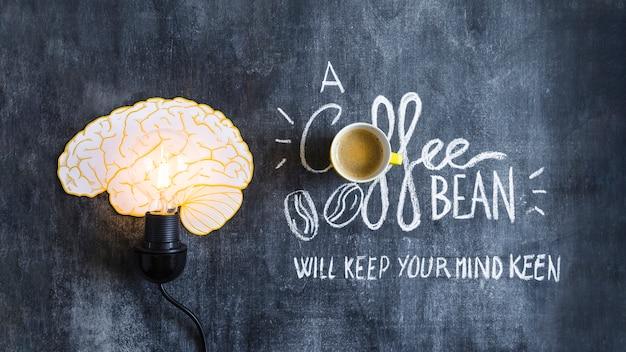 Lampadina del cervello accesa con testo sulla lavagna Foto Gratuite