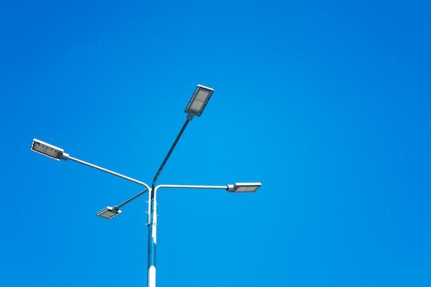 Lampione con riflettori contro il cielo. tecnologie per il risparmio energetico. Foto Premium