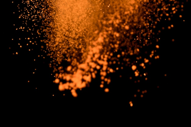 Lanciata polvere colorata su sfondo nero Foto Gratuite