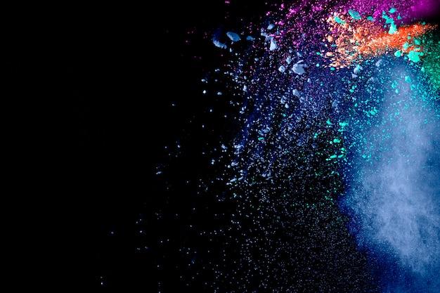 Lanciate colorate particelle di polvere che schizzano. Foto Premium