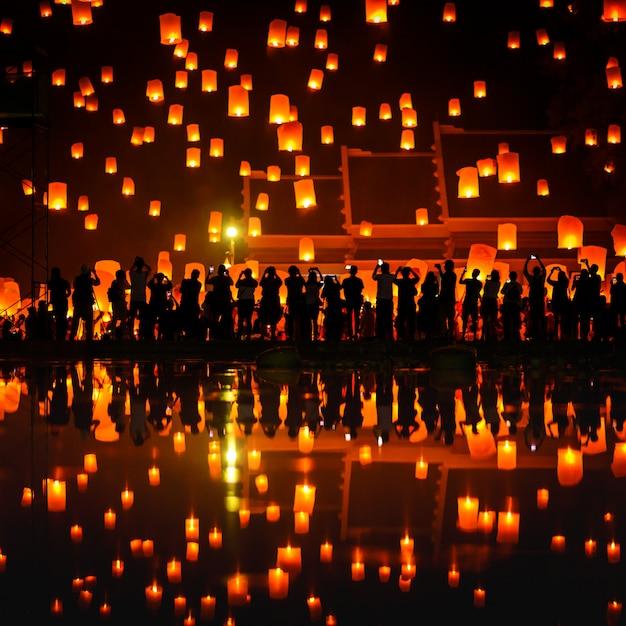 Lanterna di galleggiamento del cielo della gente tailandese durante il nuovo anno tradizionale tailandese nordico Foto Premium