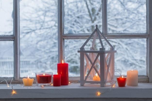 Lanterna di legno sul davanzale sul paesaggio invernale Foto Premium