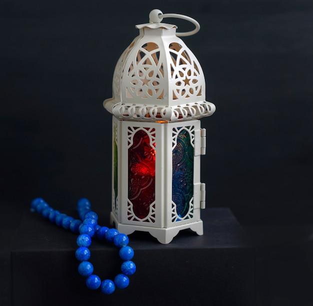 Lanterna orientale con candela e rosari Foto Premium