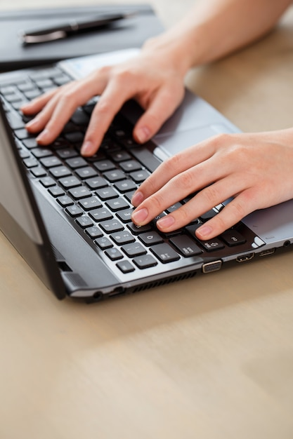 Laptop sul tavolo Foto Gratuite
