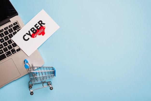 Laptop vicino al tag con il titolo cyber monday Foto Gratuite