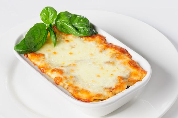 Lasagne al forno calde fresche su bianco Foto Premium