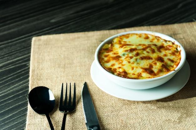 Lasagne di spinaci con formaggio stile alimentare italiano, lasagne vegetariane Foto Premium