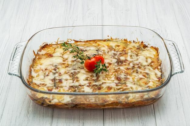 Lasagne saporite calde in casseruola di ceramica Foto Premium