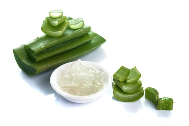 Lasciano delle fette di aloe vera e gel di aloe vera in una ciotola. l'aloe vera è una medicina a base di erbe molto utile per la cura della pelle e dei capelli. Foto Premium