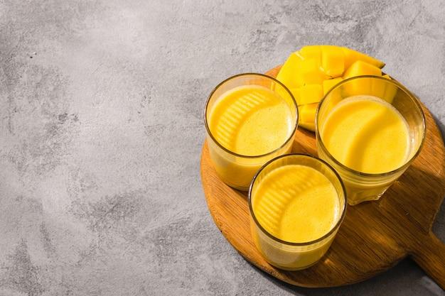 Lassi di mango, yogurt o frullato. vista superiore della bevanda popolare indiana di estate Foto Premium