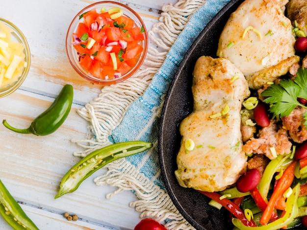 Lastra di pollo fritto con verdure e salsa Foto Gratuite