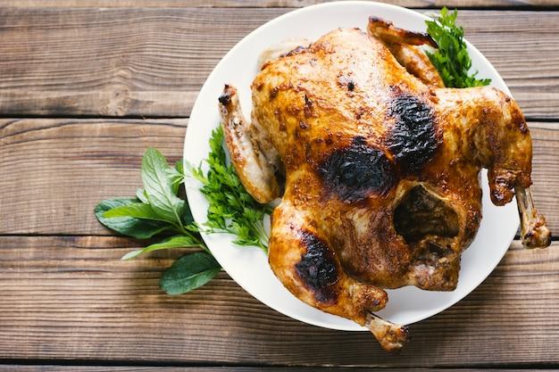 Lateralmente pollo arrosto vista dall'alto Foto Gratuite