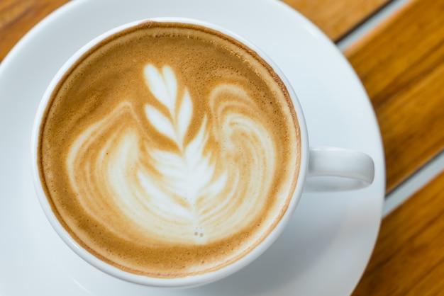 Latte caffè darte sul tavolo di legno scaricare foto gratis