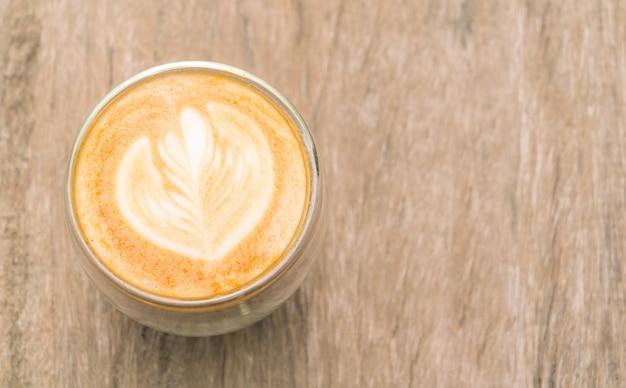 Latte caffè darte sul tavolo di legno. scaricare foto gratis