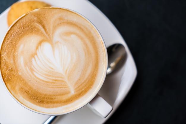Latte caffè darte sul tavolo. scaricare foto gratis