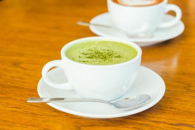 Latte caldo matcha verde in tazza bianca Foto Gratuite