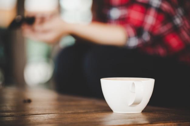 Latte della tazza di caffè sulla tavola di legno in caffè della caffetteria Foto Gratuite