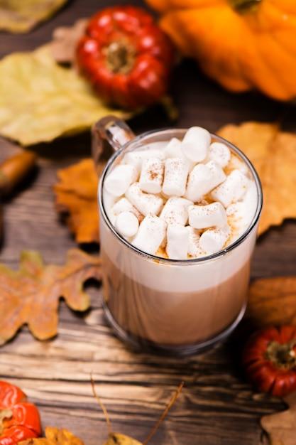Latte di zucca con marshmallow. Foto Premium