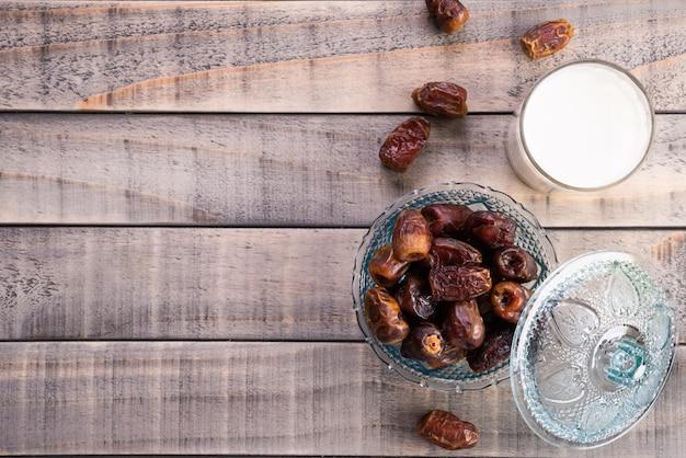 Latte e date di frutta. musulmano semplice concetto iftar. cibo e bevande del ramadan. Foto Premium