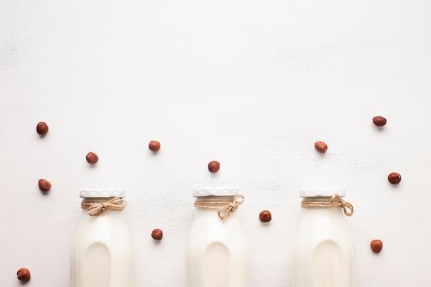 Latte e nocciole su fondo bianco Foto Gratuite