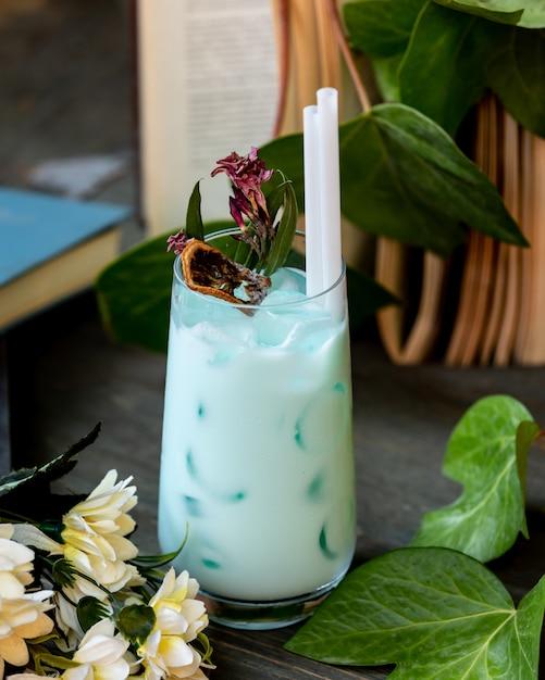 Latte freddo e cocktail alla menta sul tavolo Foto Gratuite