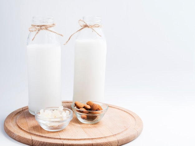 Latte fresco e alcune mandorle Foto Gratuite