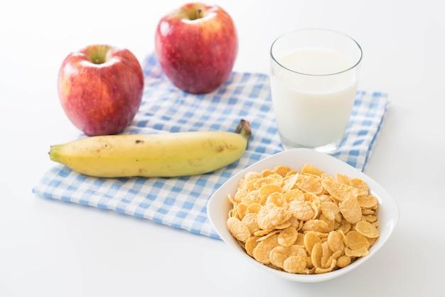 Latte, mela, banane e corn flakes Foto Gratuite