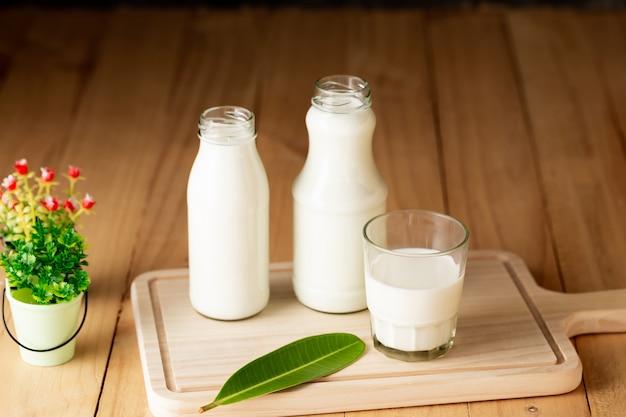 Latte prodotti lattiero-caseari sani sul tavolo Foto Gratuite