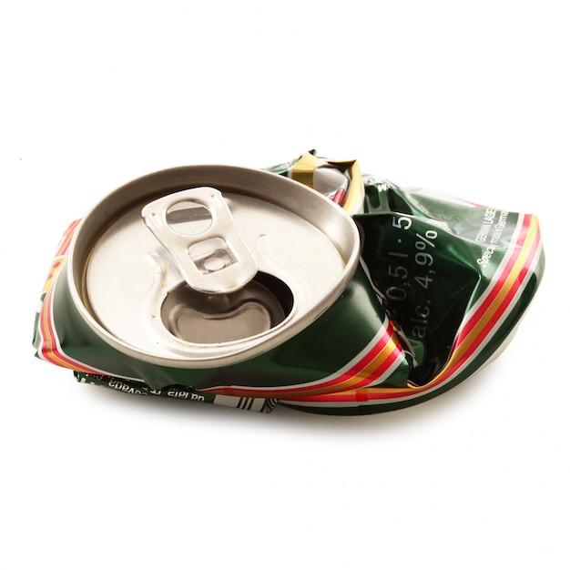 Lattina di alluminio schiacciato su bianco Foto Premium