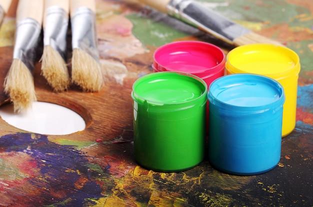 Lattine con vernice colorata Foto Gratuite