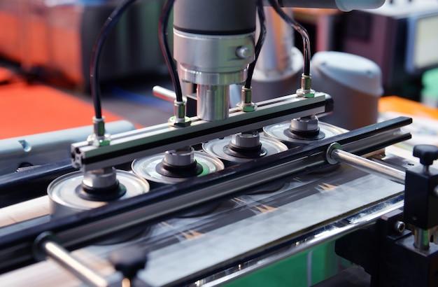 Lattine di alluminio per linea di produzione alimentare in trasportatore di fabbrica Foto Premium