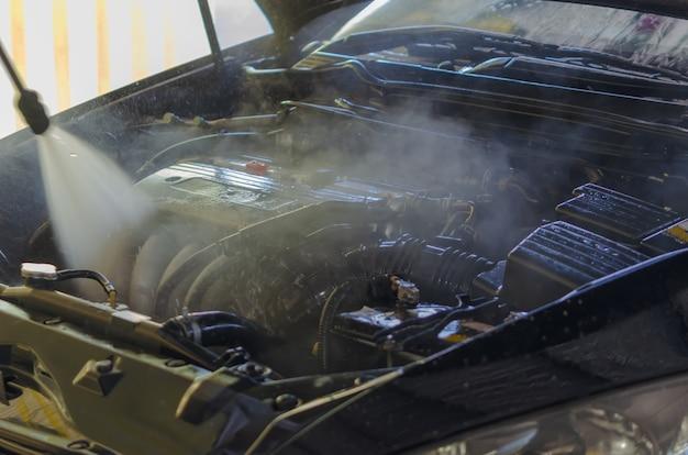 Lavaggio del motore dell'automobile Foto Premium