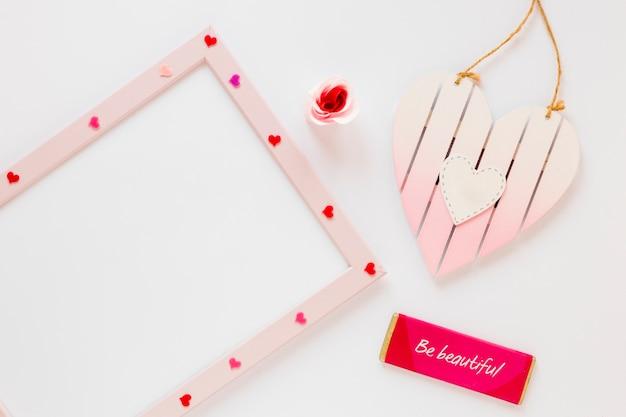 Lavagna bianca con cuori e messaggio per san valentino Foto Gratuite